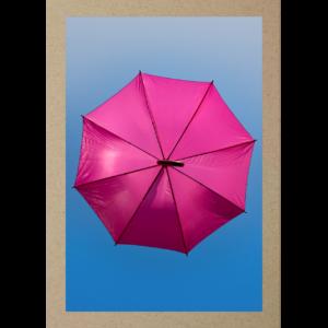 Pinker Regenschirm im Himmel