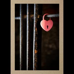 Rosa Herzschloss an Gittertor