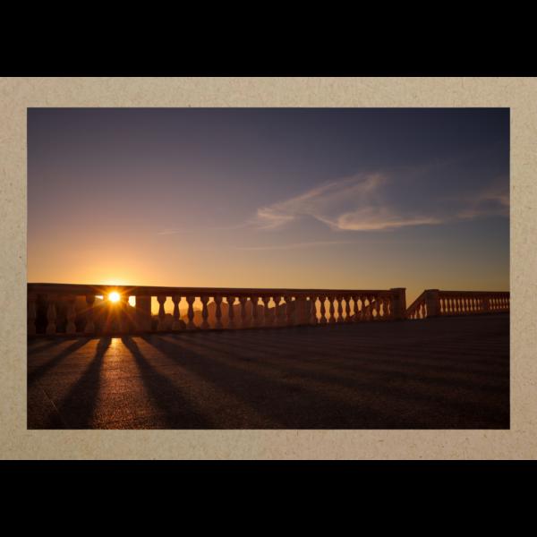 Sonnenuntergang hinter Geländer