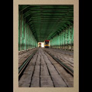 Strassenbahn in grüner Holzbrücke