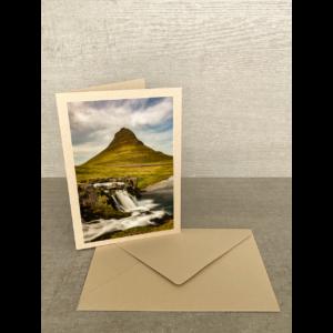 Vorderseite-Berg mit Wasserfall Iceland