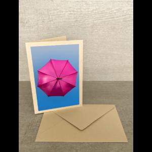 Vorderseite-Pinker Regenschirm im Himmel