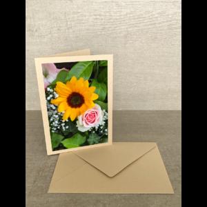 Vorderseite-Sonnenblume mit Rose